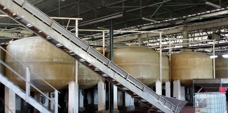 Οι στεγασμένες δεξαμενές του εργοστασίου.